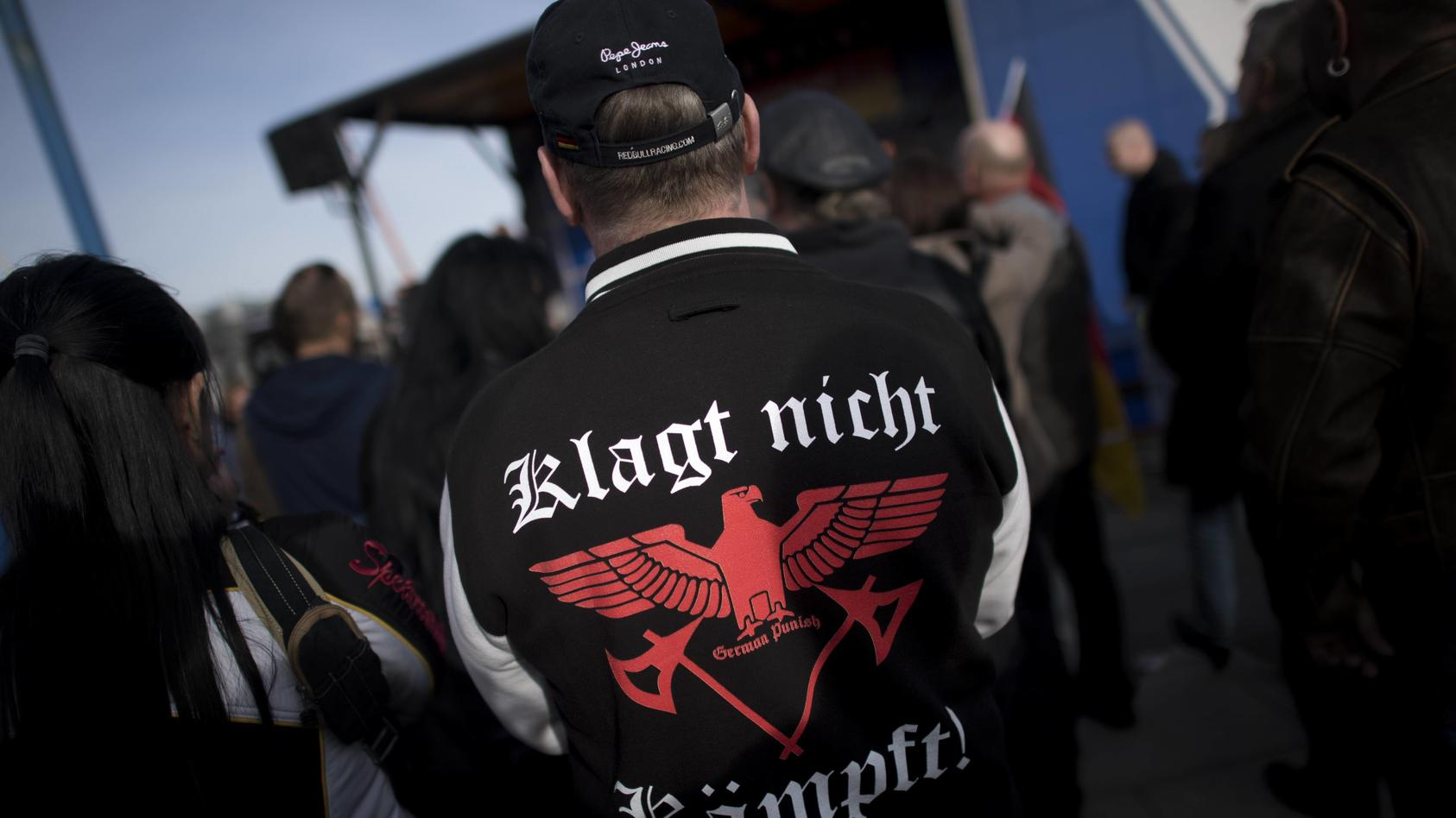 Merkel Muss Weg Rechte Demo DEU Deutschland Germany Berlin 04 03 2017 Demonstranten mit t shi