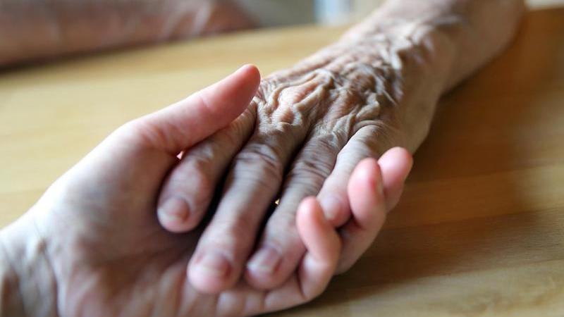 Ein weiter Weg: Die Pflege von Angehörigen ist oft eine jahrelange Aufgabe. Deshalb müssen die Pflegenden auch auf sich selbst aufpassen. Foto: Mascha Brichta