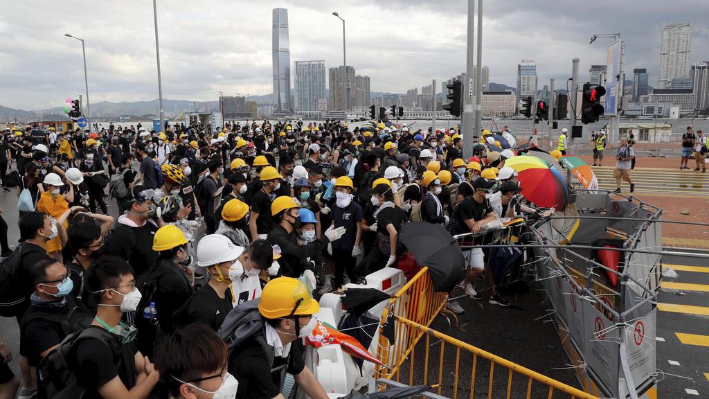 01.07.2019, China, Hongkong: Demonstranten versuchen eine Zeremonie, die anlässlich des Jahrestags der Rückgabe des Gebietes an China stattfinden soll, zu blockieren. Am 1. Juli 1997 hatte Großbritannien seine Kronkolonie Hongkong an China zurückgege