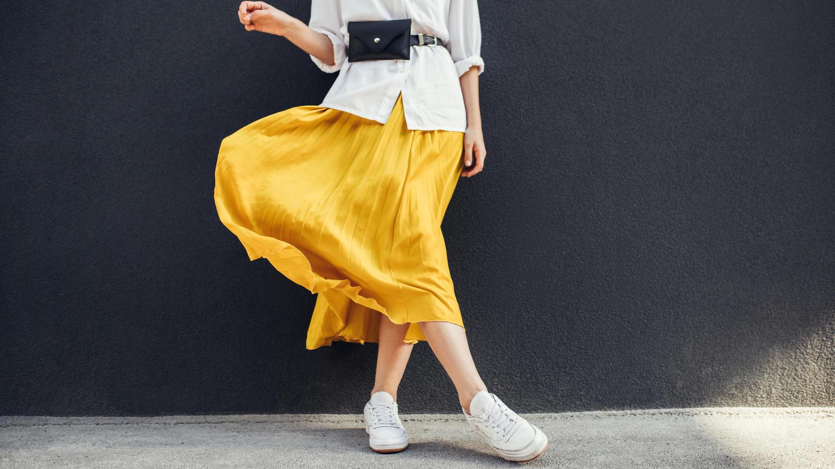 Gelb ist gar keine schwierige Farbe. Richtig kombiniert, lässt die Gute-Laune-Farbe uns frischer und fröhlicher wirken.
