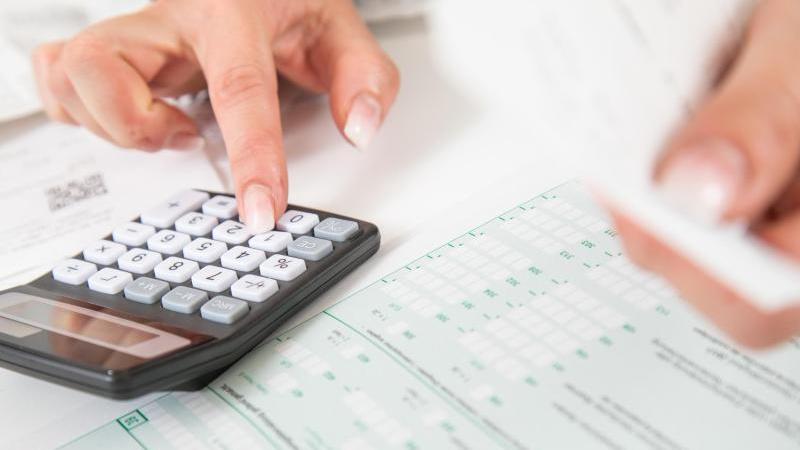 Wer seine Steuererklärung noch machen muss, sollte sich beeilen:Ende Juli läuft die Frist zur Abgabe ab. Foto: Christin Klose/dpa-tmn/Illustration