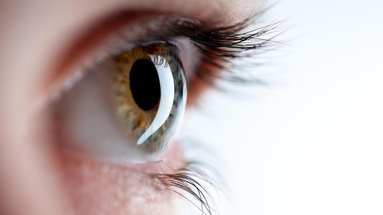 Die gefährlichen UV-Strahlen schaden besonders der sensiblen Augenpartie.