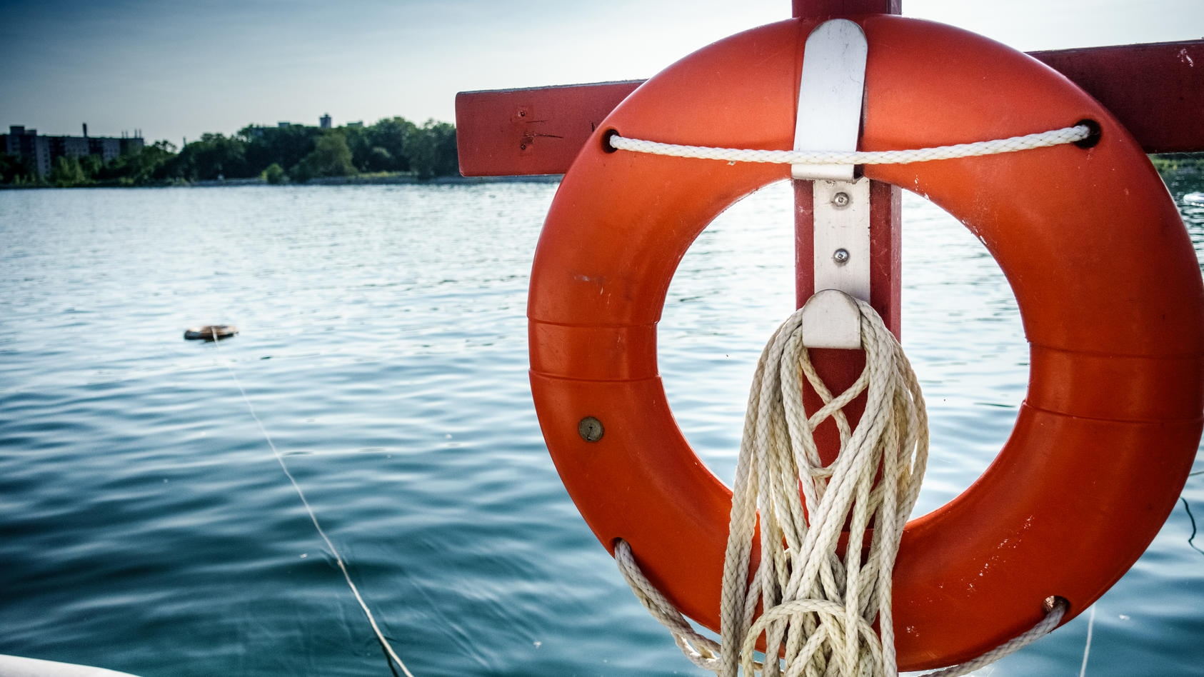 Wer Zeuge eines Badeunfalls wird, muss schnell reagieren, um den Ertrinkenden zu retten.