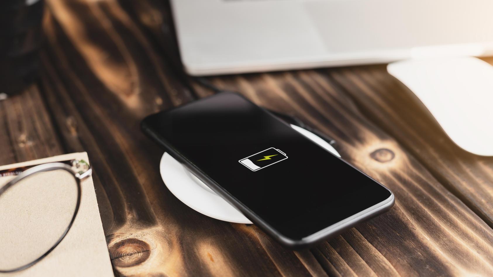 Äußerst praktisch, schadet aber langfristig dem Smartphone-Akku: Kabelloses Aufladen via Aufladegerät.