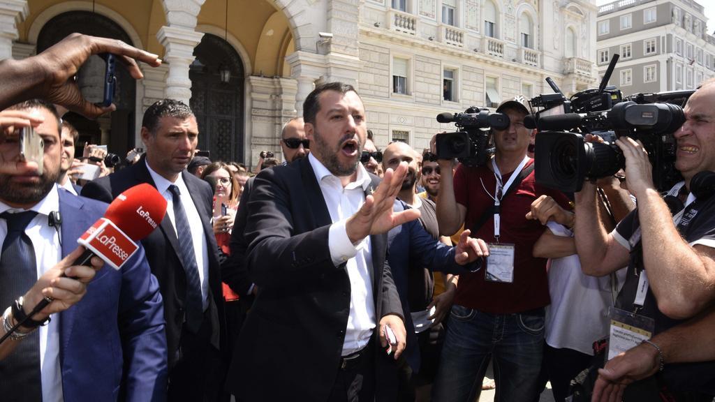 05.07.2019, Italien, Triest: Matteo Salvini (M), italienischer Innenminister, redet mit Journalisten.Nach dem Drama um die Sea-Watch-Kapitänin Rackete droht zwischen Deutschland und Italien der nächste Streit um eine deutsche Hilfsorganisation. Das S