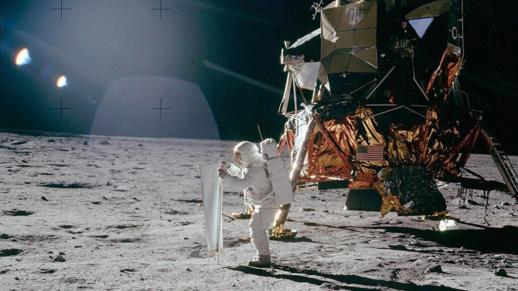 20.07.1969, ---, Mondoberfläche: Der US-Astronaut Buzz Aldrin entfaltet auf der Mondoberfläche das «Solar Wind Composition Experiment». Ein Stück Schweizer Spitzentechnologie ist 1969 noch vor der amerikanischen Flagge in den Mondboden gerammt worden