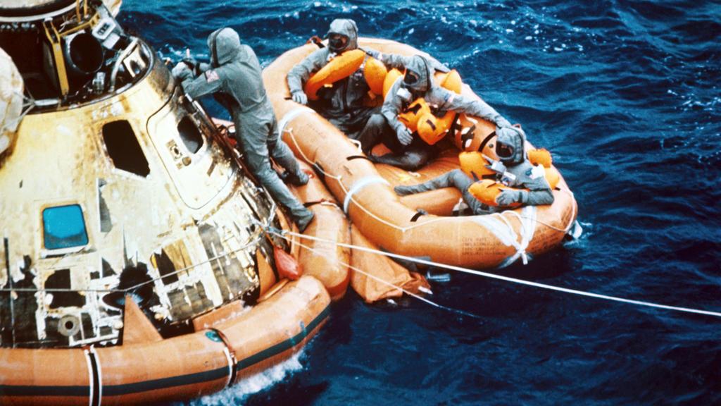 ARCHIV - 24.07.1969, ---: Die Kapsel und das Schlauchboot mit den Astronauten nach der Landung im Pazifik am 24. Juli 1969. Michael Collins, Neil Armstrong und Edwin Aldrin waren am 16. Juli 1969 von Kap Kennedy in Florida zur ersten Mondlandung gest