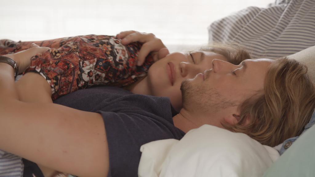 AWZ: Nathalie und Finn liegen zusammen im Bett.