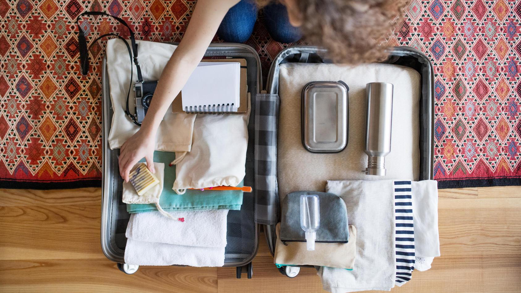 """Mit unseren Tipps bringt Sie die Frage """"Was darf ins Handgepäck und was nicht?"""" nicht mehr ins Schwitzen."""