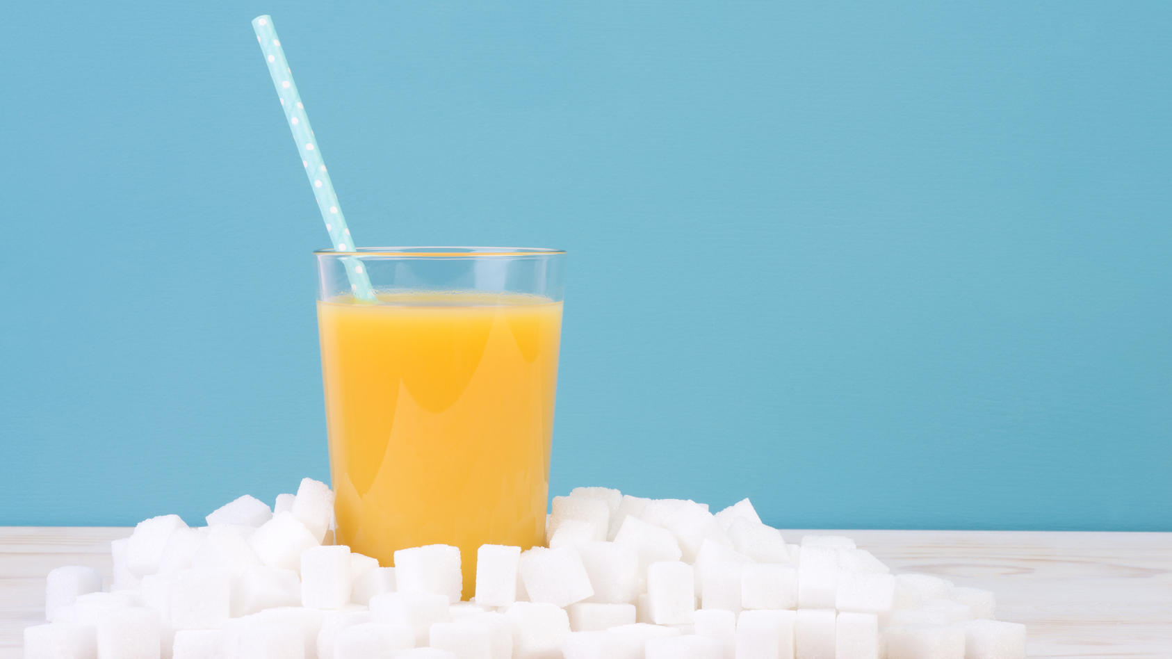 Fruchtsäfte enthalten im Schnitt 10 Gramm Zucker pro 100 Milliliter. Auch wenn es sich dabei um natürlichen Fruchtzucker handelt, ist er nicht gesund.
