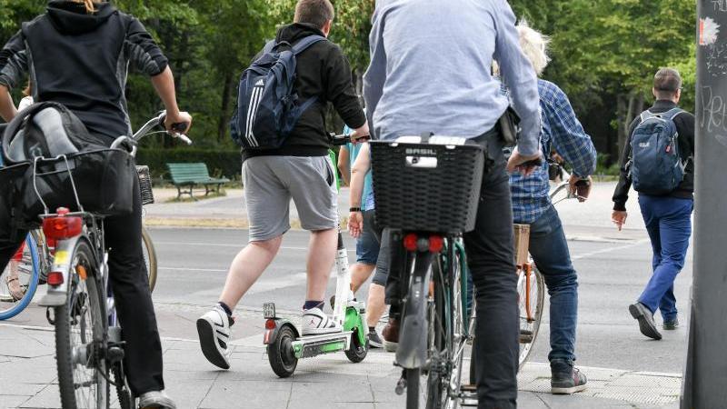 E-Tretroller dürfen auf Radwegen, Radfahrstreifen und in Fahrradstraßen gefahren werden - nicht aber auf dem Gehweg. Foto: Jens Kalaene/dpa-Zentralbild