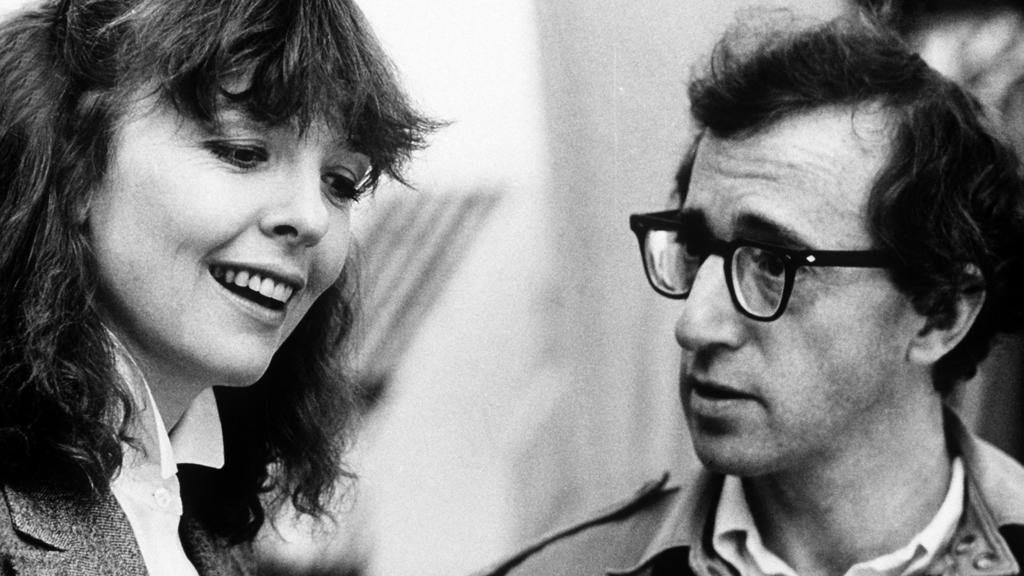 """Der amerikanische Regisseur und Schauspieler Woody Allen und die US-Schauspielerin Diane Keaton in einer Szene von Allens Film """"Manhattan"""" (1978)."""