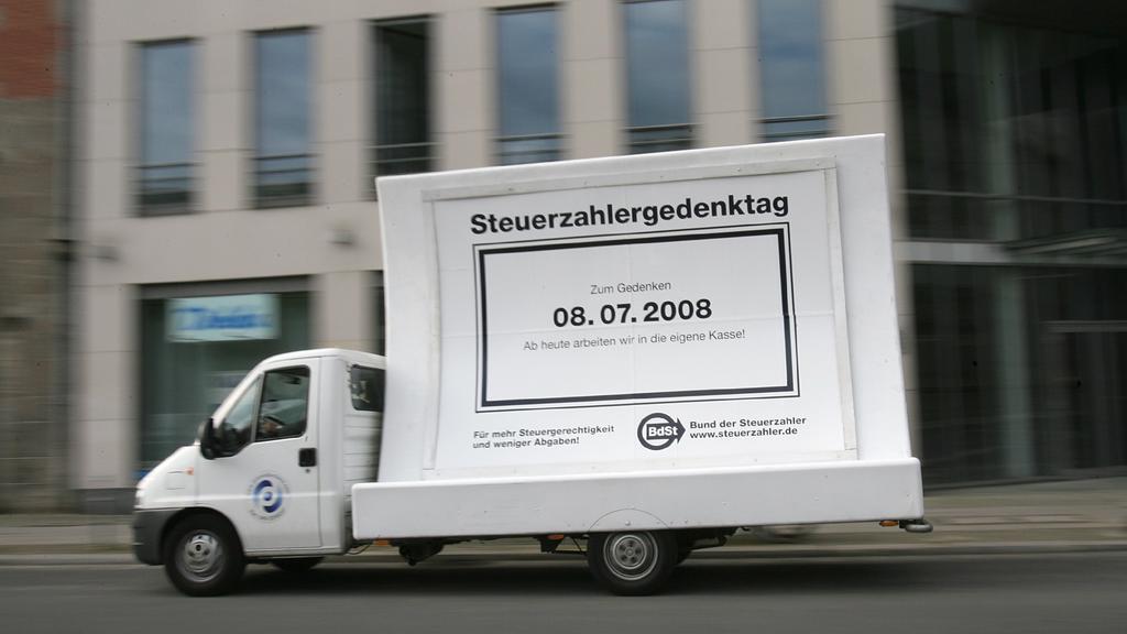 Ein Lastkraftwagen mit einem Plakat, auf dem ein Hinweis auf den Steuerzahlergedenktag zu lesen ist, fährt am Dienstag (08.07.2008) durch Berlin. Der Bund der Steuerzahler (BdSt) hatte den 08. Juli zum diesjährigen Steuerzahlergedenktag erklärt, da d