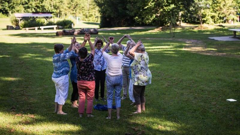 Wer einen Menschen mit Demenz betreut, gelangt oft an seine Grenzen - körperlich und emotional. Spezielle Urlaube wenden sich an Betroffene und ihre Angehörigen. Foto: Christoph Schmidt
