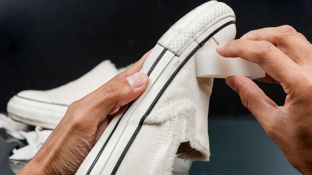 Weiße Sneaker mit Schmutzradierer säubern