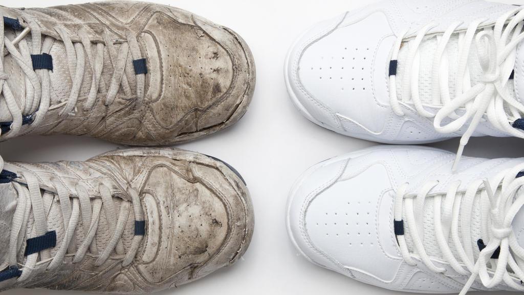 Weiße Sneaker – mit Zahnpasta wieder wie neu