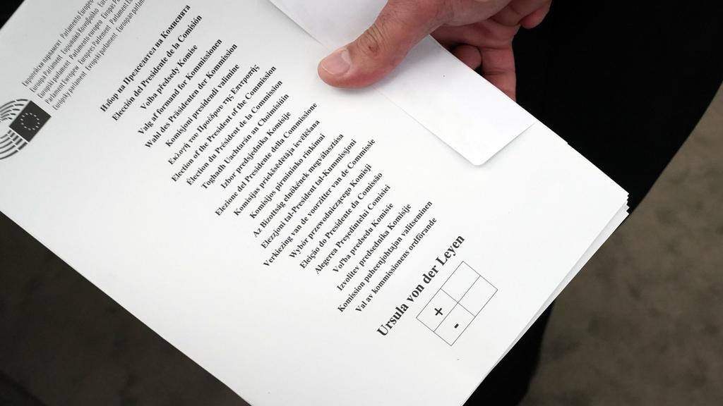 16.07.2019, Frankreich, Straßburg: Ein Mann hält vor der Wahl einen Stimmzettel im Plenarsaal. Ursula Von der Leyen bewirbt sich als neue EU-Kommissionspräsidentin. Die Staats- und Regierungschefs der EU hatten die CDU-Politikerin als Nachfolgerin vo