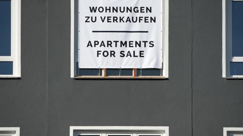Die Zinsen sind niedrig - die Preise für Immobilien sind hoch. Zu warten, bis die Preise wieder sinken, ist riskant, weil nicht klar ist, wann das sein wird. Foto: Andrea Warnecke