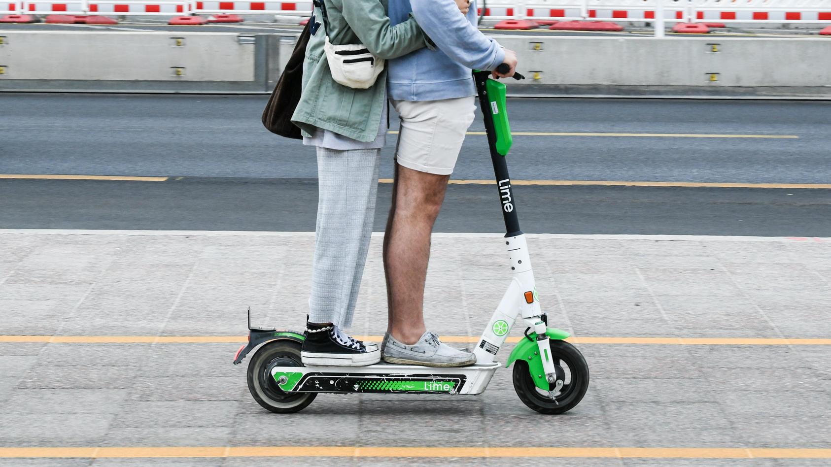 Zwei Personen fahren auf einem E-Scooter. Verkehrsminister Andreas Scheuer wünscht sich einen Strafenkatalog, damit so etwas geahndet wird.