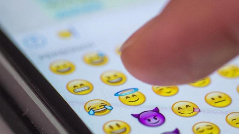 Wer bei der digitalen Kommunikation öfter Emojis benutzt, hat mehr Sex.