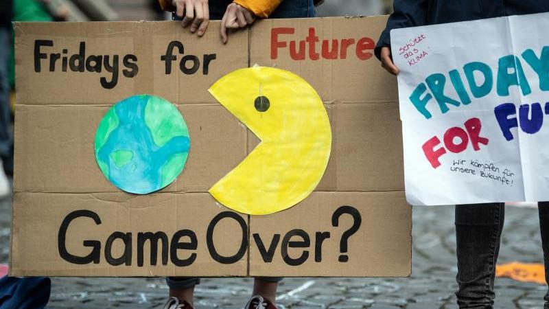 """Schüler demonstrieren mit Schildern bei einer """"Fridays For Future""""-Demonstration. Foto: Federico Gambarini/Archivbild"""