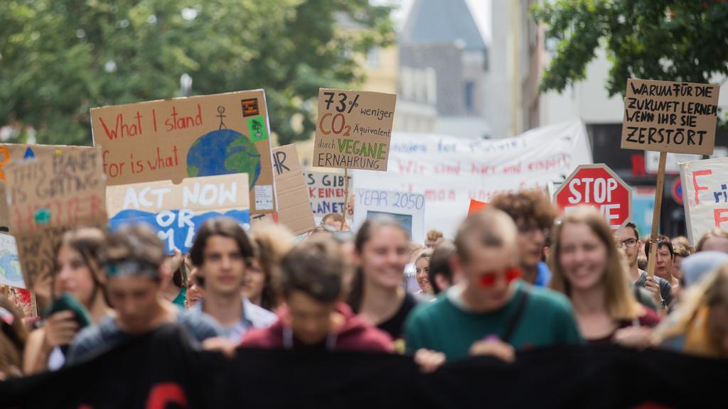 """12.07.2019, Nordrhein-Westfalen, Köln: Schüler und Studenten ziehen nach der Abschlusskundgebung einer Fridays for Future-Demonstration auf dem Alter Markt durch die Innenstadt. Klimaschützer von """"Fridays for Future"""" hatten hier fünf Tage lang nonsto"""