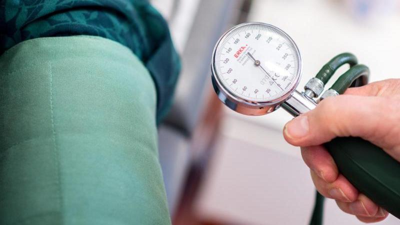 Nicht nur ein erhöhter Wert des systolischen Blutdrucks deutet auf ein erhöhtes Krankheitsrisiko hin. Auch der diastolische Wert sollte als Indikator gesehen werden. Foto: Hauke-Christian Dittrich