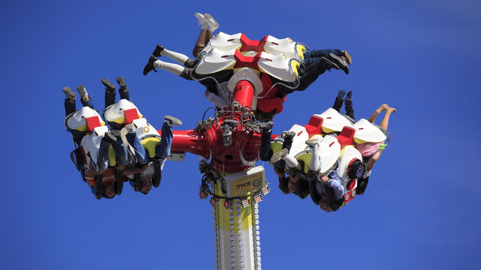 """Beim Kiliani-Volksfest saßen Fahrgäste über eine Stunde lang in der Überkopfschaukel """"Flip Fly"""" fest."""