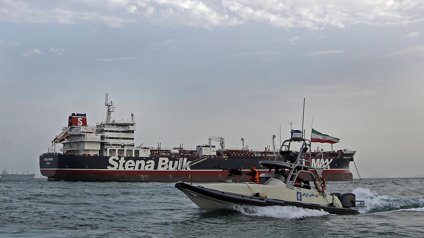 """Ein Schnellboot der iranischen Revolutionsgarde bewegt sich um britischen Öltanker """"Stena Impero"""". Iran hatte das unter britischer Flagge fahrende Schiff festgesetzt."""