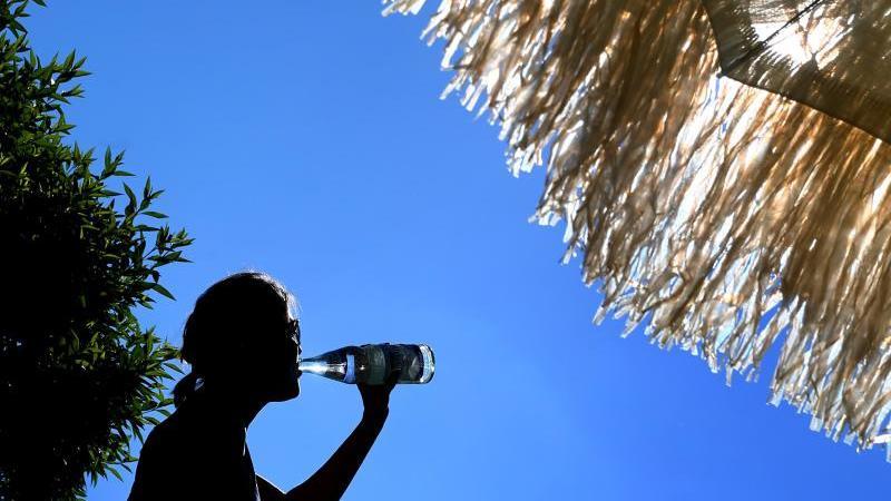 Bei Hitze gilt: viel trinken und im Schatten bleiben. Foto:Karl-Josef Hildenbrand