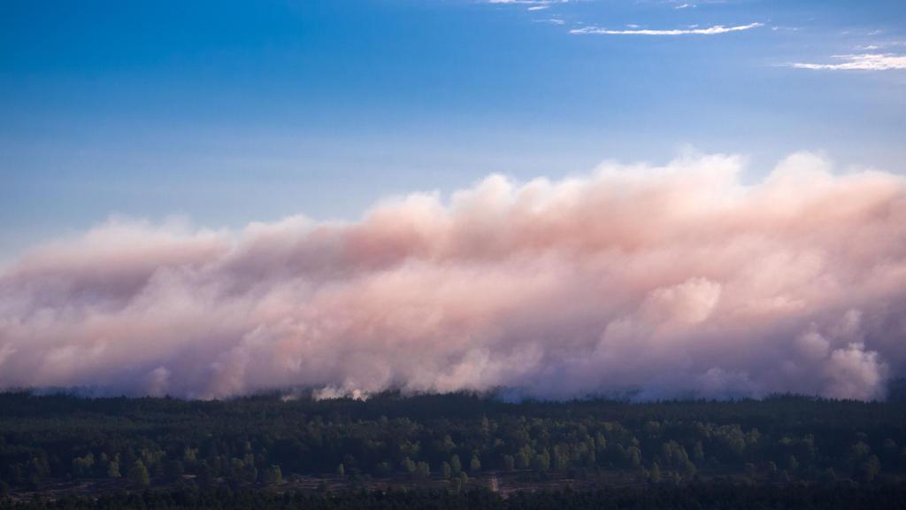 01.07.2019, Mecklenburg-Vorpommern, Alt Jabel: Rauch steigt bei einem großflächigen Waldbrand in der Nähe der evakuierten Ortschaft Alt Jabel aus dem Wald auf. (Luftaufnahme mit einer Drohne) Wegen des Brandes auf dem ehemaligen Truppenübungsplatz be