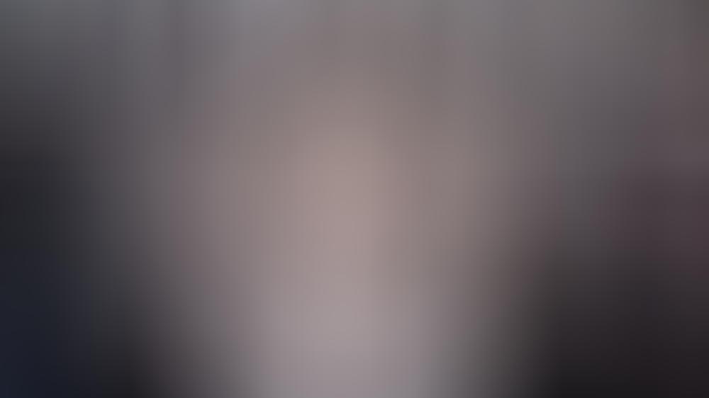 Bella Hadid trägt Nagellack passend zu ihrem Kleid