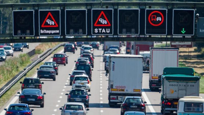 Autofahrer müssen zum Beginn der Ferien mit langen Wartezeiten auf der Straße rechnen. Foto: Lino Mirgeler