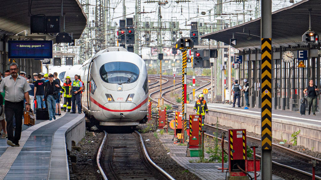 29.07.2019, Hessen, Frankfurt/Main: Reisende (l) verlassen einen ICE im Frankfurter Hauptbahnhof, nachdem es bei der Einfahrt des Zuges zu einem schweren Unfall kam. Ein achtjähriger Junge ist am Montag im Frankfurter Hauptbahnhof von einem Mann am G