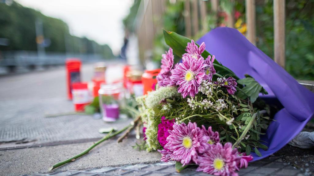 22.07.2019, Nordrhein-Westfalen, Voerde: Blumen und Kerzen stehen an Gleis eins am Bahnhof. Ein Mann hat hier am 20.07.2019 eine ihm völlig unbekannte 34-Jährige vor einen einfahrenden Zug gestoßen und somit getötet. Das Amtsgericht Duisburg erließ a