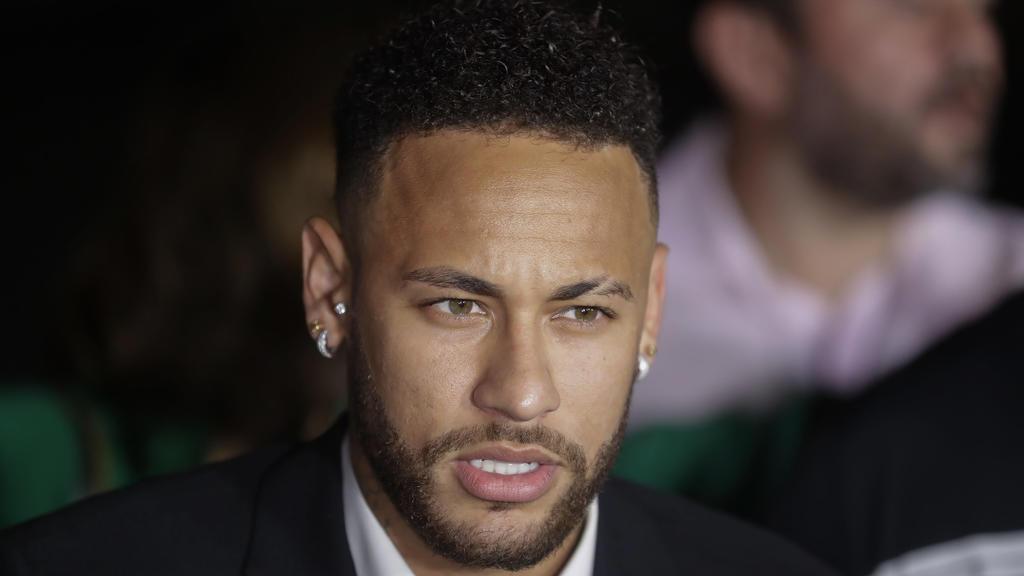 ARCHIV - 13.06.2019, Brasilien, Sao Paulo: Der brasilianische Fußballspieler Neymar spricht mit Journalisten, während er eine Polizeistation verlässt. Die brasilianische Polizei hat die Ermittlungen wegen Vergewaltigungsvorwürfen gegen den Fußballsta