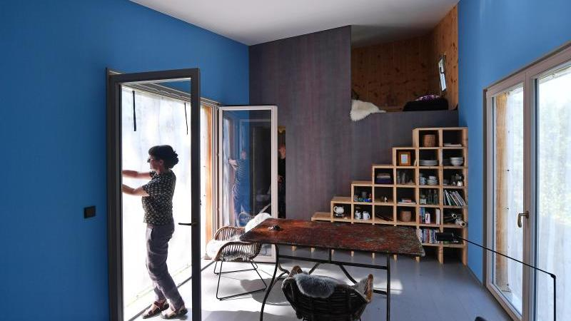 Christiane Hille, Architektin aus Weimar, steht in ihrem von ihr selbst geplanten Tiny House. Foto: Martin Schutt/dpa