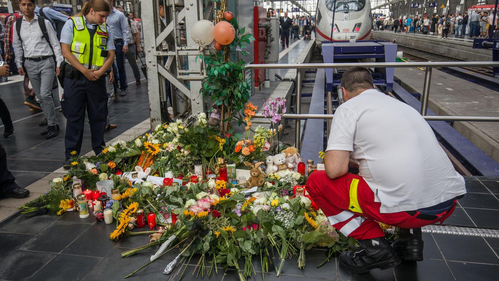 Nach Attacke im Frankfurter Hauptbahnhof: Blumen am Gleis
