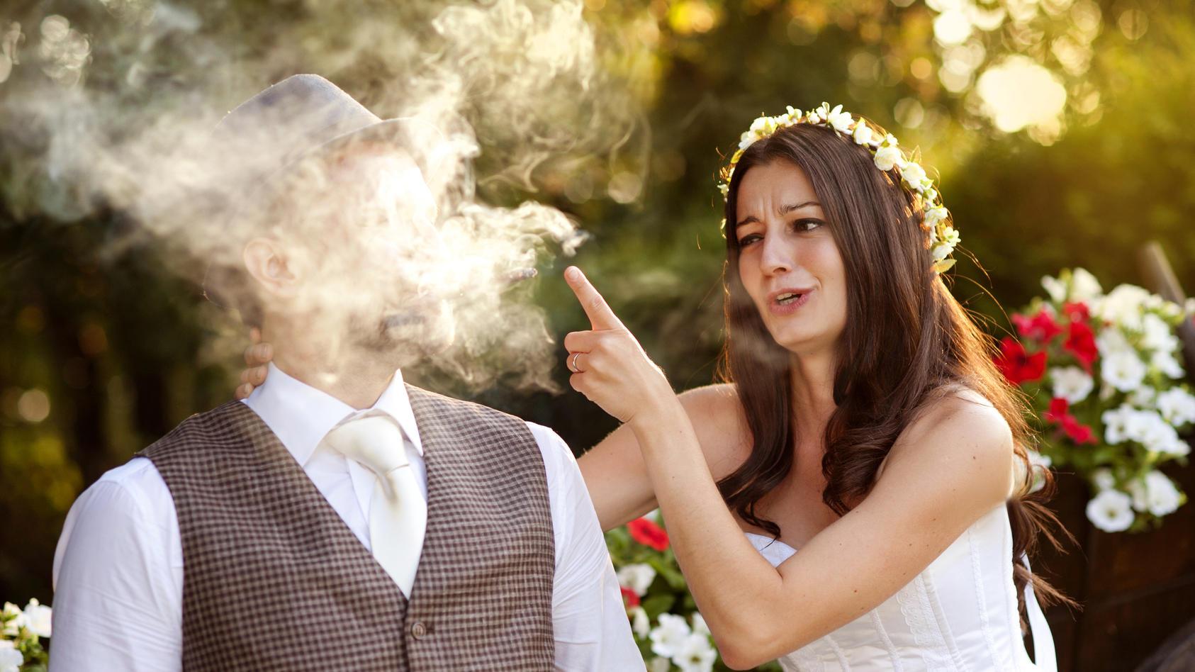 Echt jetzt? Hochzeitsfotos, auf denen geraucht und gedampft wird, liegen im Trend.