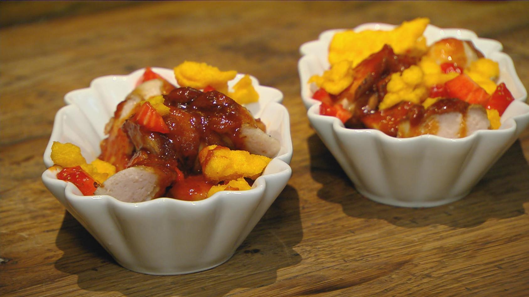 Erdbeertag – Gerichte mit der Königin der Früchte: Würstchen mit Erdbeer-Curry-Ketchup und Nachos