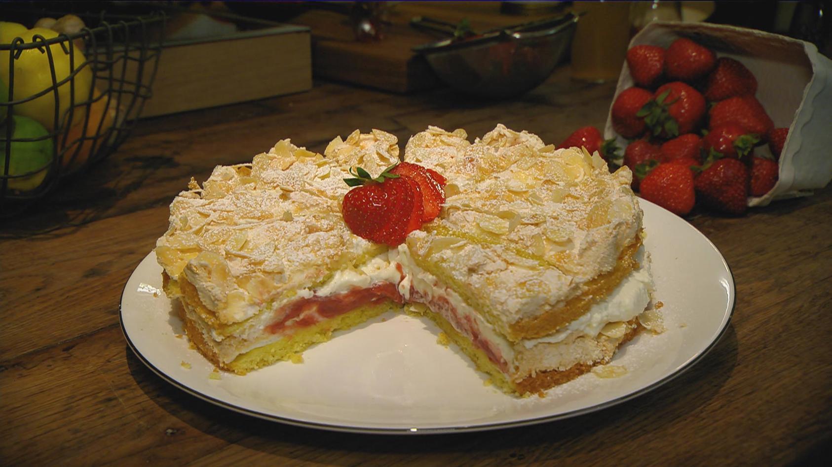 Erdbeertag – Gerichte mit der Königin der Früchte: Erdbeer-Rhabarber-Baisertorte