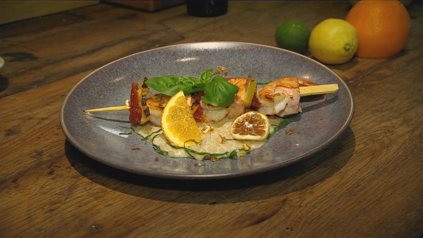 Edel aber einfach – Das perfekte Dinner für Zuhause: Zitronen-Risotto mit Lachs-Garnelenspieß