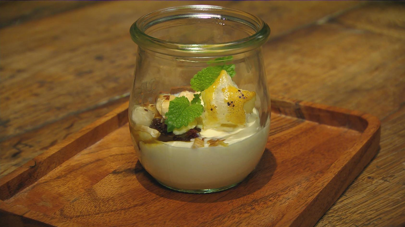 Edel aber einfach – Das perfekte Dinner für Zuhause: Marzipancreme mit Mandel-Cranberry-Topping