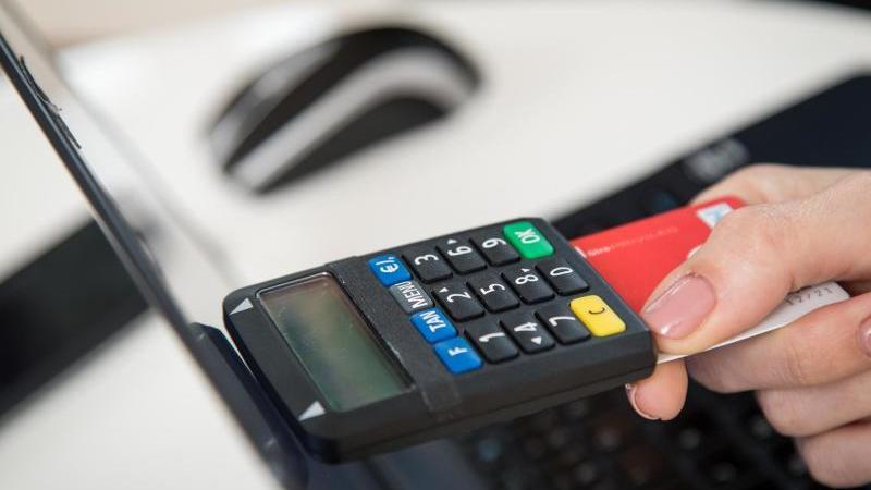 TAN-Generatoren als eigene kleine Geräte bieten die Banken bislang fast ausschließlich fürs Onlinebanking an. Foto: Christin Klose/dpa-tmn