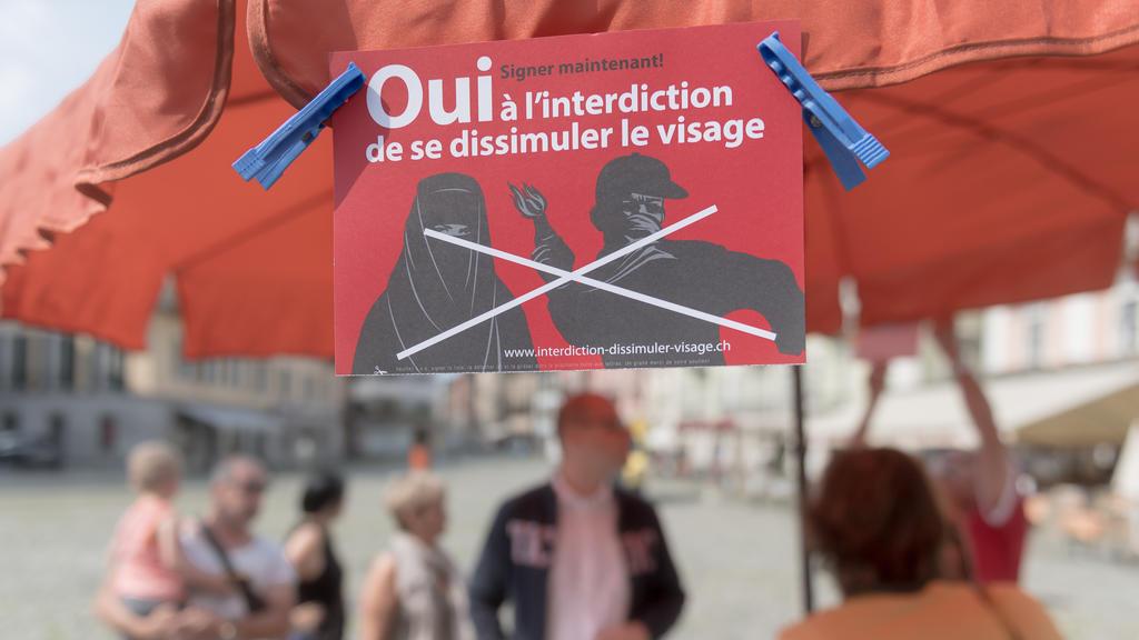 """ARCHIVBILD ZUM DURCH DEN ST. GALLER KANTONSRAT BESCHLOSSENEN VERHUELLUNGSVERBOT --- Unterschriftensammlung fuer eine Nationale Initiative gegen die Verhuellung des Gesichts und fuer ein Burkaverbot (""""Ja zum Verhuellungsverbot"""") am Freitag, 1. Juli 20"""