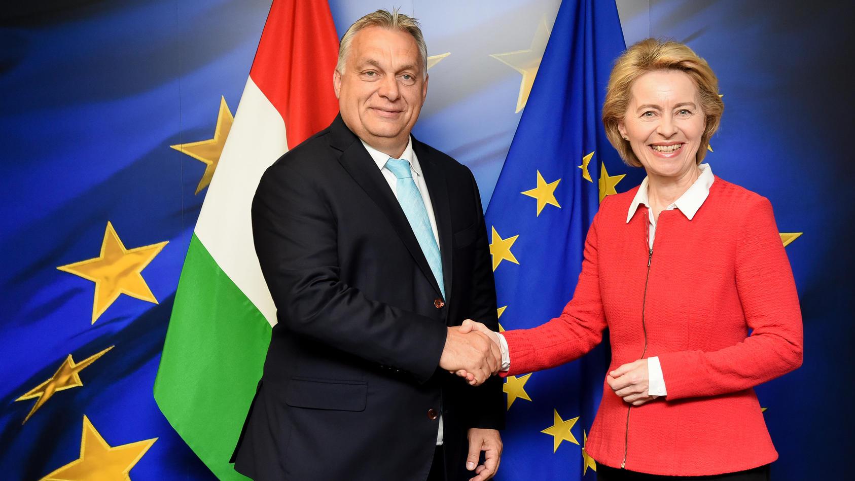 Von der Leyen begrüßt Orban bei der Europäischen Kommission