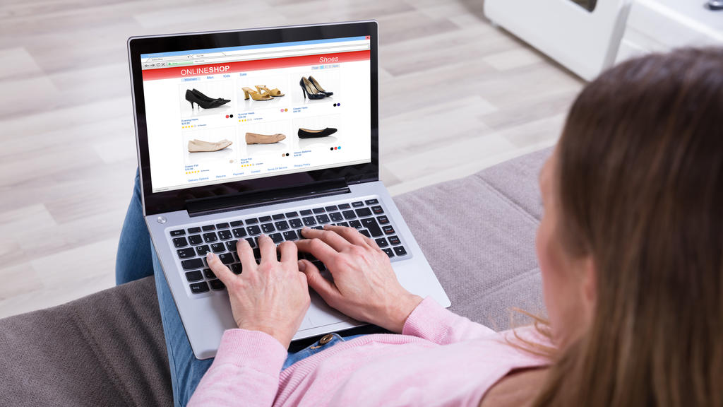 Frau bestellt online