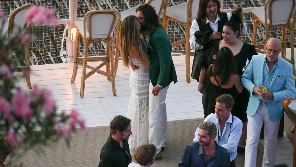 Zeit für einen ordentlichen Kuss muss auf der eigenen Pre-Wedding-Party natürlich auch sein.