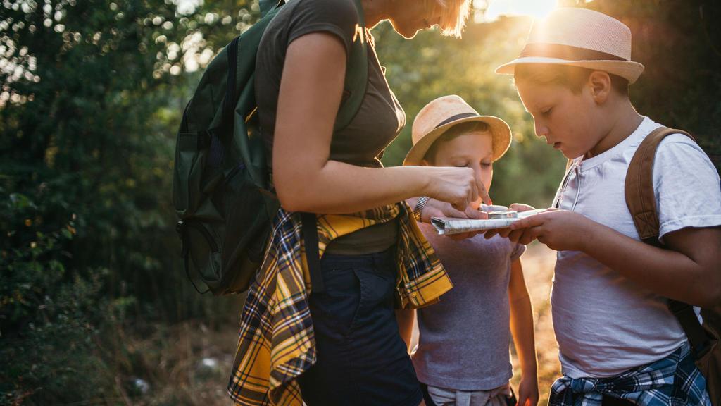 Eine Schnitzeljagd oder Schatzsuche ist der ideale Familienausflug: Viel Bewegung an der frischen Luft, kniffelige Rätsel, Teamgeist und ein Schatz warten.