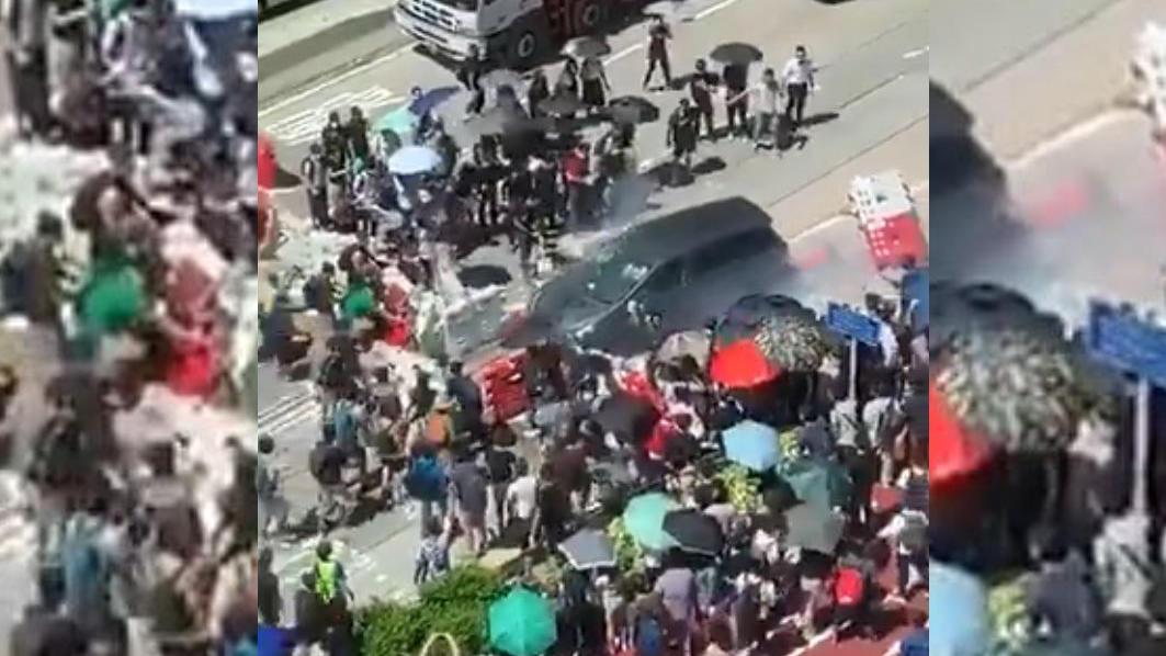 In Hong Kong demonstrierten Bürger, als ein Auto eine Barrikade durchbrach.